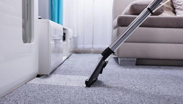 Como fazer limpeza de carpete e estofados?